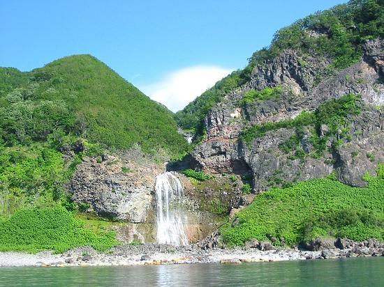 海に流れ出す知床「カムイワッカの滝」