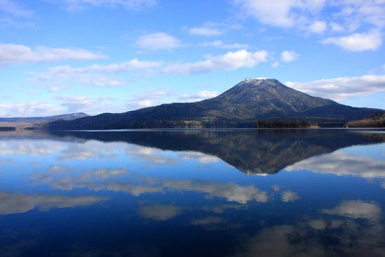 鏡のような阿寒湖初冬