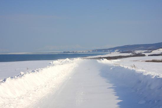 「常呂の丘?」1本道の畑作地帯から望む流氷接岸の能取岬 北見市常呂