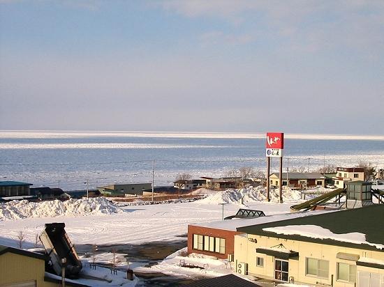 流氷 国道238号線沿いの駐車場付近の道路