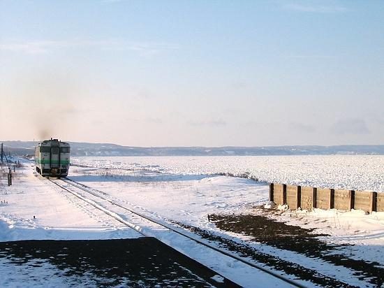 流氷接岸時の北浜駅 広大な流氷平原。流氷の上に乗るのは禁止です。